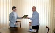 Burmistrz Barlinka wręcza egzemplarz podpisanej umowy